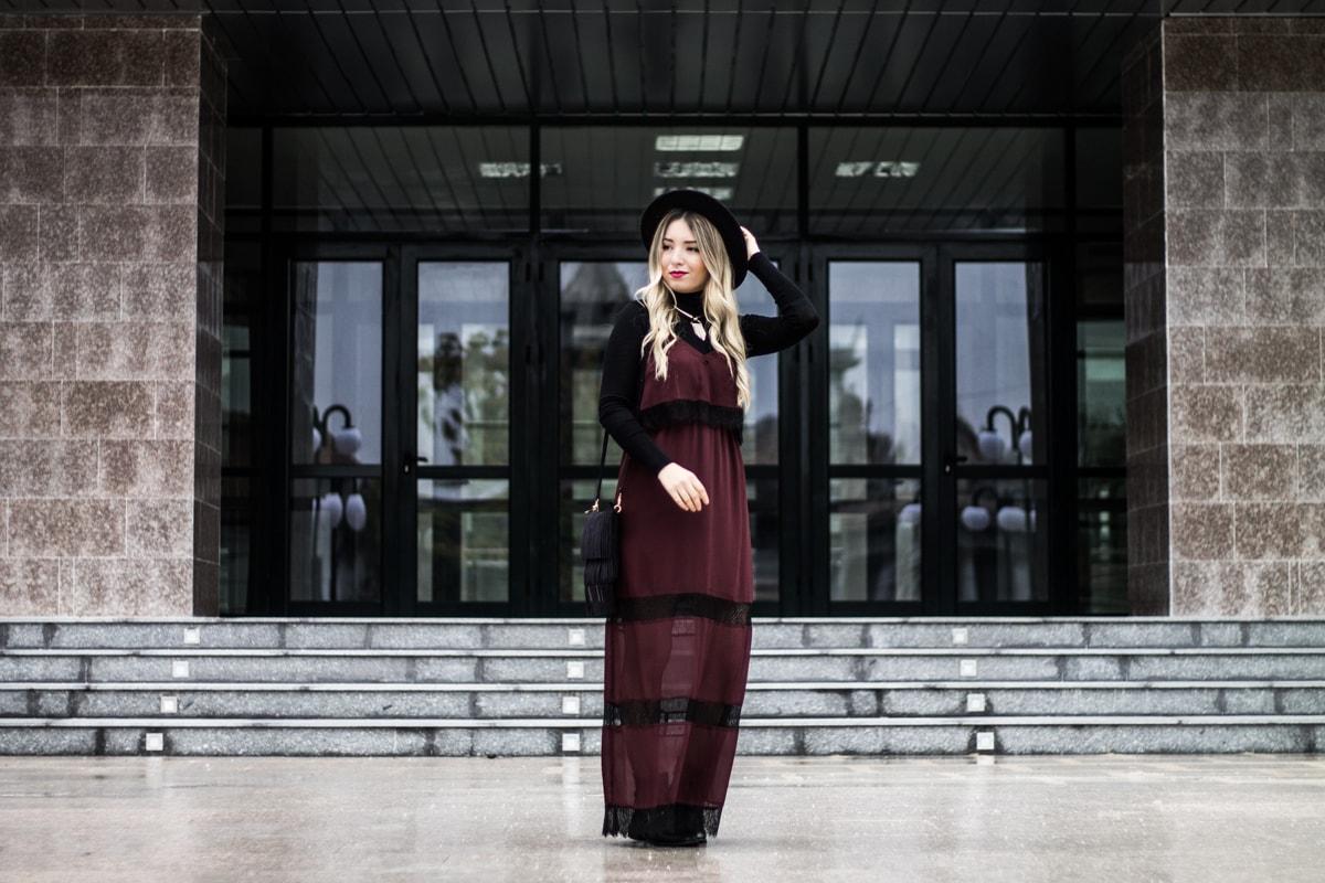 Rochie tip furou visinie H&M, helanca, maleta Zara, palarie neagra, geanta neagra franjuri, ghete negre, tinuta de toamna 2016