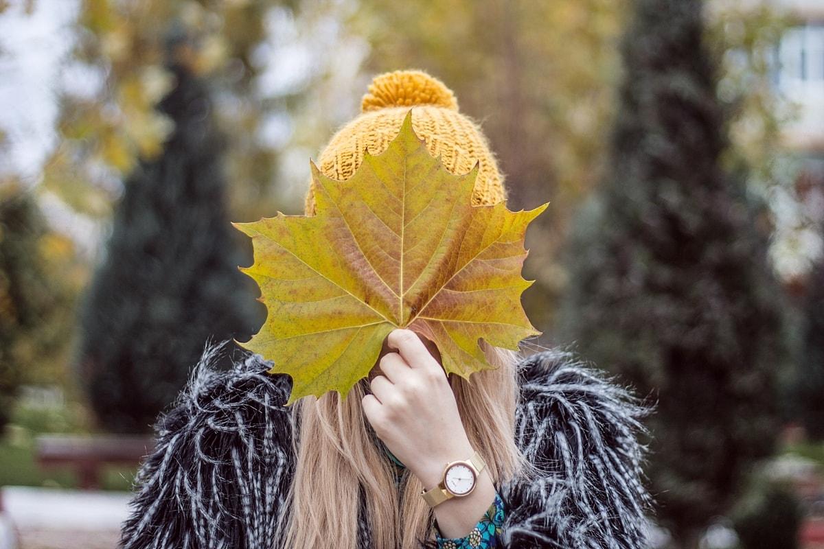 Poze toamna, frunze galbene, fata, caciula, Parcul Tineretului Mioveni, Ceas Lorus auriu