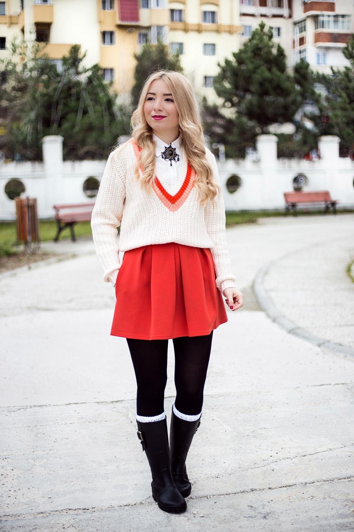 Tinuta de toamna, fusta cu pliuri rosie andreea design, pulover cu camasa, pulover preppy, cizme cauciuc negre, street style, fashion, moda, andreea ristea blog