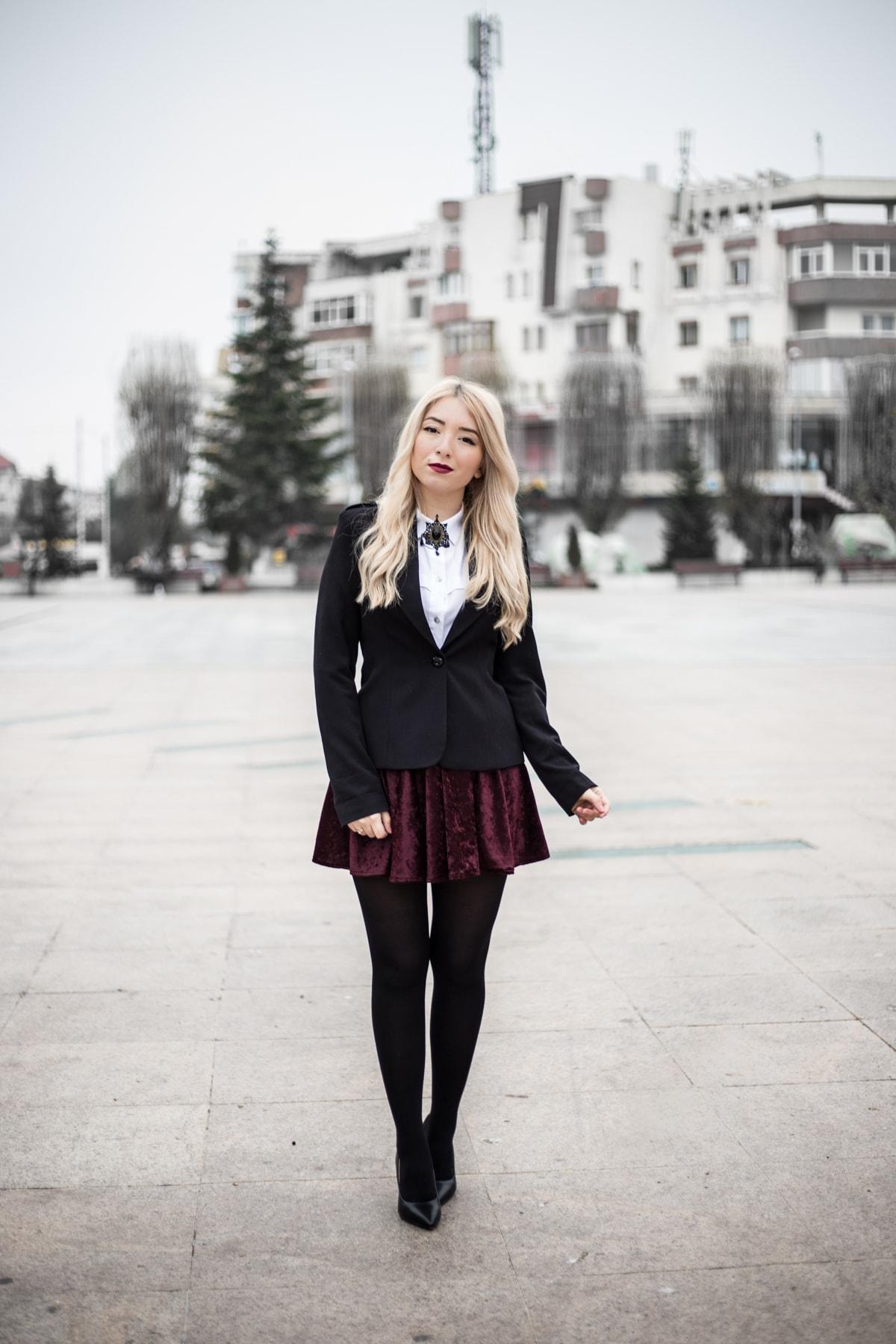 Andreea Ristea - fusta catifea mov pruna, clos, tinuta festiva, Sarbatori, Craciun, brosa vintage cu camasa alba, sacou negru, fusta cu strampi, strampi cu pantofi negri