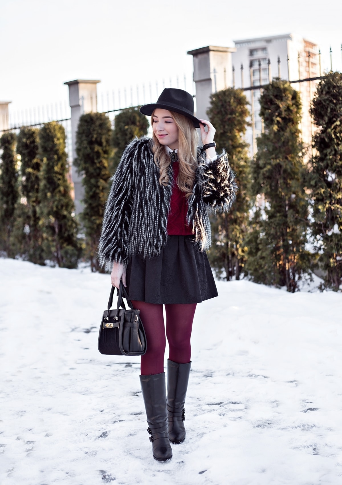 Andreea Ristea, fusta din brocard negru, incretita, combinatia de alb, negru si burgundy, tinuta de iarna chic cu palarie, brosa purtata la camasa, blogger moda Pitesti