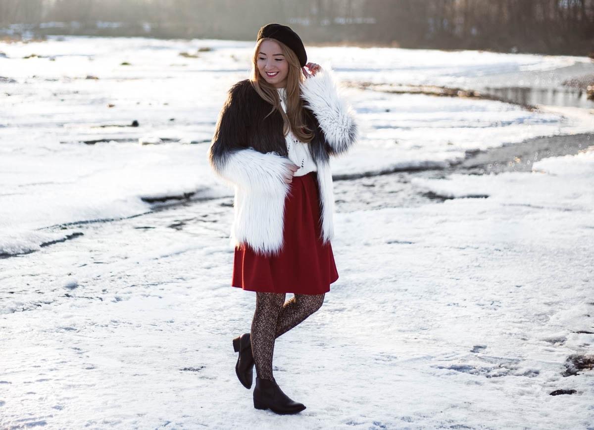 Tinuta de iarna, blana artificiala in ombre, degrade, negru cu alb, dresuri model dantela, fusta Andreea Design rosie in pliuri, boneta frantuzeasca