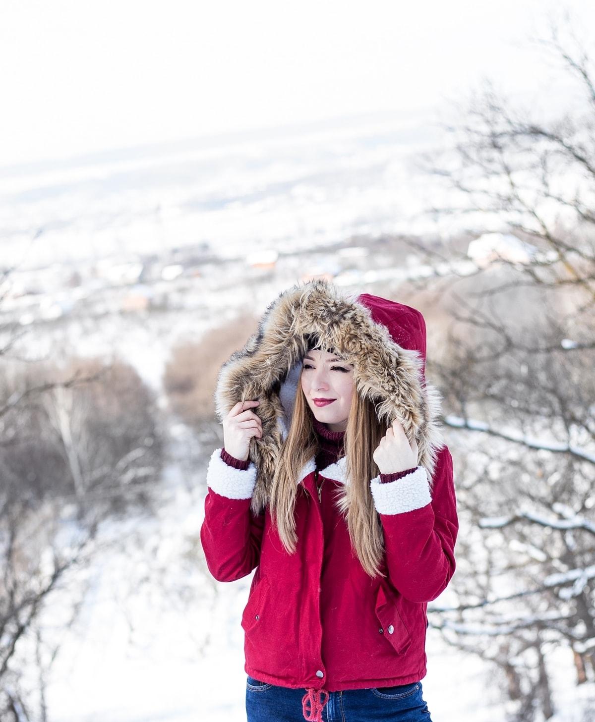 Andreea Ristea, geaca rosie de iarna cu gluga puf