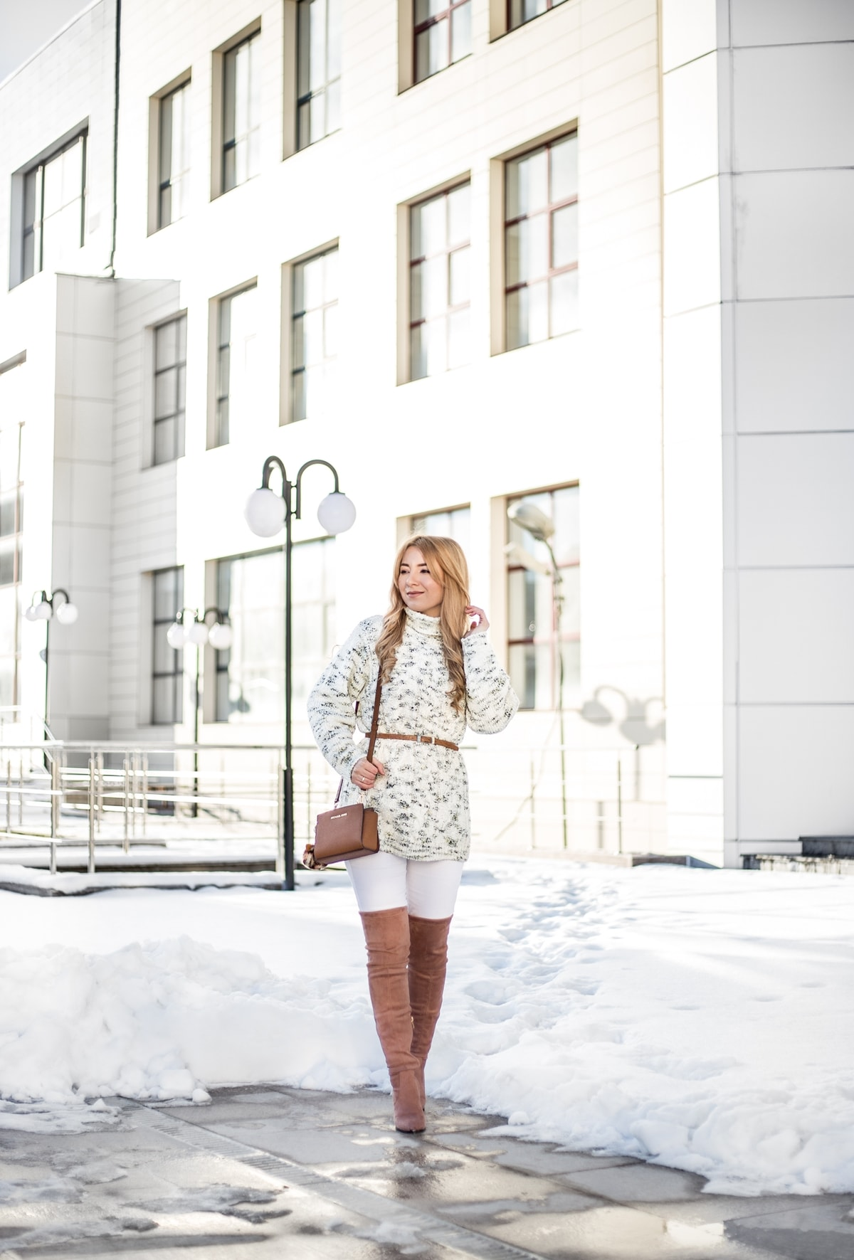 Street style, oversized white pulover, white skinny jeans, pants, over the knee nude boots, michael kors, mini selma, brown bag, fashion blogger, Andreea Ristea
